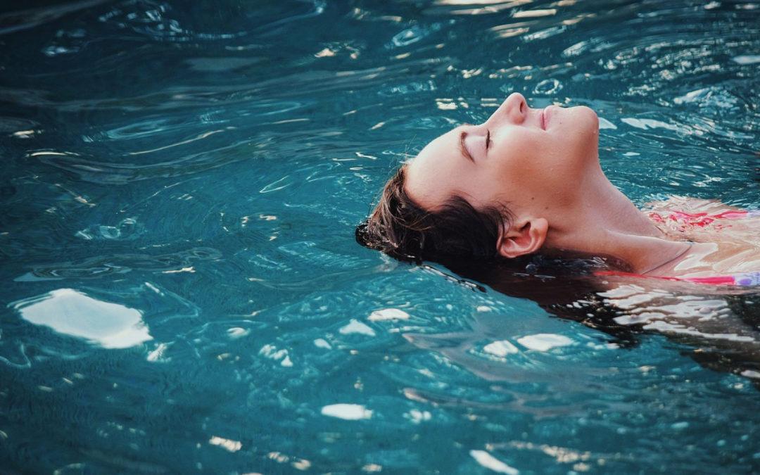 Aménagez votre terrasse avec une piscine design et confortable